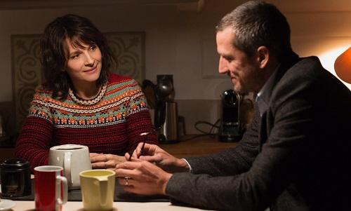 Guillaume Canet (phải) và Juliette Binoche trong phim.