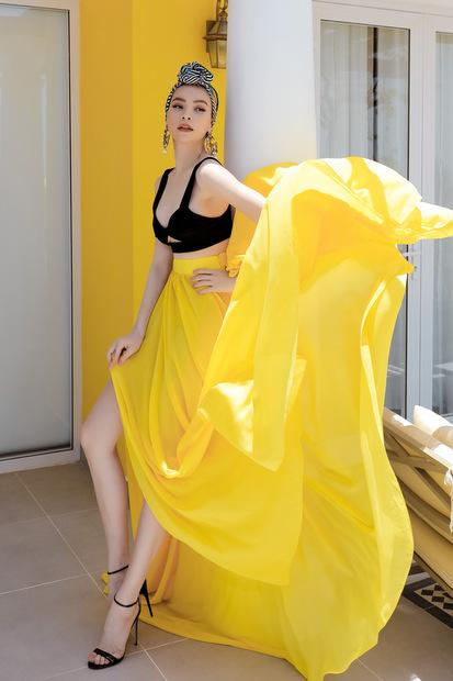Trang phục bắt mắt của Hà Hồ trong MV.