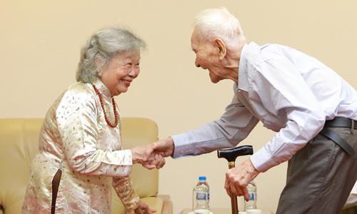 Bà Nguyễn Thị Sính - vợ cố họa sĩ Bùi Xuân Phái - chia vui ông Nguyễn Bá Đạm.