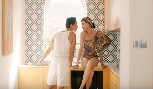 Lý Quí Khánh thực hiện cho Hà Hồ bộ jumpsuit lệch vai với kiểu tay phồng đang được yêu chuộng khắp thế giới. Thiết kế mang tông vàng chủ đạo, họa tiết cách điệu, kết hợp ăn ý cùng khăn turban.