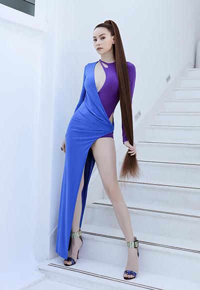 Bộ váy được Hà Hồ mặc ở phần nhảy cùng vũ công trong MV. Chiếc đầm đi theo xu hướng bất đối xứng đang hot trên thế giới, khoe được lợi thế về ngực, chân của nữ ca sĩ.