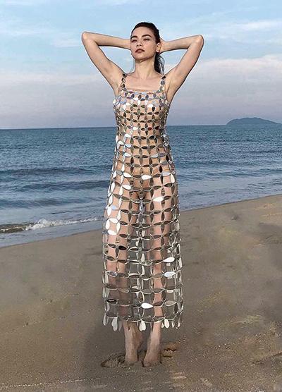 Nổi bật trong MV là bộ váy xuyên thấuđược làm những mảnhgương kim loại. Kim Khanh cho biết sau khiđược nhập từ Singapore, chúng được cô thiết kế và tạo hình, xử lý bề mặt để đảm bảo khôngsắc nhọn gây nguy hiểm cho người mặc.