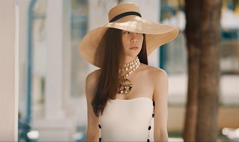 Hồ Ngọc Hà theo đuổi mốt mũ cói rộng vành, áo tắm một mảnh xẻ lườn của Cacdemode, phối vòng ngọc trai của Gucci.