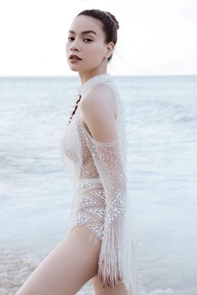 Bộ bodysuit trắng trong MV do Tăng Thành Công thiết kế được đánh giá gợi cảm không thua kém bộ váy gương.