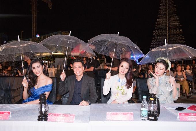Các Hoa hậu Việt Nam đội mưa chấm thi nhan sắc