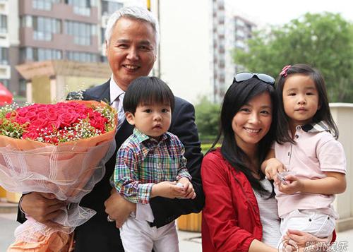 Vợ chồng Trương Đình và hai con.