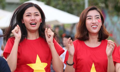 Á hậu Thanh Tú (trái) và Hoa hậu Mỹ Linh ăn mừng bàn thắng của Minh Vương.