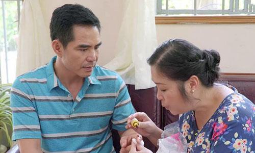 Trung Dũng (trái) cùng Nghệ sĩ Nhân dân Hồng Vân trong Gạo nếp gạo tẻ.