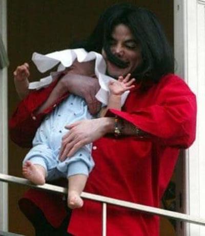 Con thứ ba của Michael - Blanket Jackson - ra đời năm 2012 nhờ phương pháp mang thai hộ. Danh tính người mẹ của Blanket không được tiết lộ.