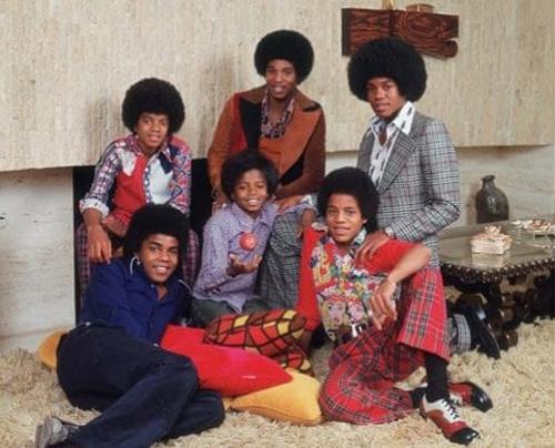 Michael Jackson sinh ngày 29/8/1958 tại Gary, Indiana, Mỹ trong gia đình có chín người con. Năm con trai của nhà Jackson - gồm Jackie, Tito, Jermaine, Marlon và Michael - lần đầu biểu diễn trong một chương trình tài năng vào năm Michael Jackson lên sáu tuổi. Họ giành chiến thắng cuộc thi.