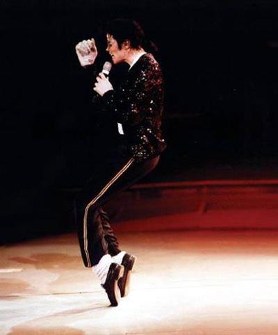 Smooth Criminal là đĩa đơn thứ bảy trích từ album Bad (1987) của Michael Jackson. Với nhịp điệu nhanh, dồn dập, ông hoàng nhạc Pop mê hoặc hàng triệu khán giả bằng điệu nhảy Moonwalk đặc trưng. Michael Jackson không phải người sáng tạo ra Moonwalk - vốn là một điệu nhảy đường phố. Ông hoàng nhạc Pop chỉ là người đầu tiên đưa nó lên sân khấu lớn. Ở điệu Moonwalk, nghệ sĩ làm động tác như đang bước về phía trước nhưng thực chất lại di chuyển về phía sau. Moonwalk phù hợp với hoạt động đòi hỏi về thể chất, bước chân nhanh, kéo chân uyển chuyển.