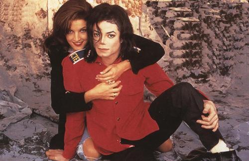 Michael Jackson kết hôn với Lisa Marie Presley - con gái huyền thoại nhạc rock Elvis Presley - năm 1994. Tuy vậy, cuộc hôn nhân chỉ kéo dài 19 tháng.