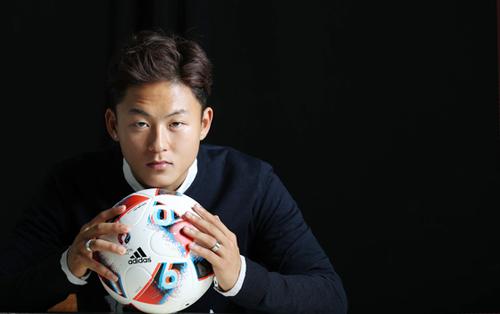 Là gương mặt trẻ tiềm năng, LeeSeung Woo được khá nhiều hãng trời trang mời chụp hình, đóng quảng cáo.