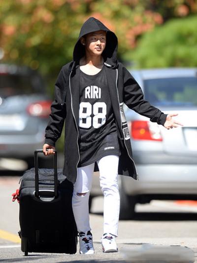 Màu sắc yêu thích của anh là đen và trắng.Seung Woo cũng sử dụng các phụ kiện như đồng hồ, giày, vali... thuộc hai tông màu này.