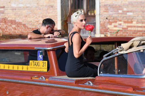 Lady Gaga tới sự kiện bằng taxi dưới nước ở Venice. Cô đi cùng vệ sĩ và một vài người bạn.