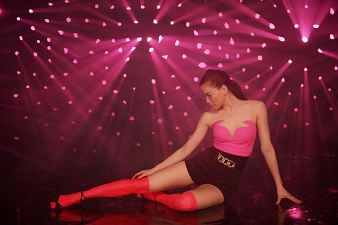 Loạt váy áo hở cơ thể của Hà Hồ trong MV