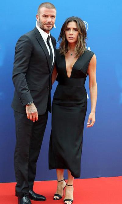 David Beckham và Victoria có dịp hiếm hoi xuất hiện trên thảm đỏ sự kiện do UEFA (Liên đoàn bóng đá châu Âu) tổ chức. Nhà thiết kế 44 tuổi mặc váy khoét ngực sâu, kết hợp cùng sandals dây mảnh. David Beckham lịch lãm với vest tối màu. Từ nhiều năm nay, thỉnh thoảng ở một vài sự kiện lớn, vợ chồng cặp sao mới đi cùng nhau. Còn lại, họ hoạt động riêng ở lĩnh vực của mình. David Beckham chủ yếu tới các sự kiện của nhãn hàng quảng cáo. Còn Victoria xuất hiện nhiều tại các tuần lễ thời trang.