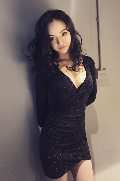 Cô thường chọn trang phục bó sát để tôn đường cong.