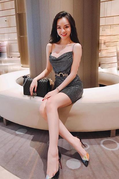 Váy hai dây sequins cùng giày cao gót và túi hiệu thể hiện gu thẩm mỹ, khả năng phối đồcủa người đẹp.