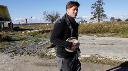 Brad Pitt tới New Orleans xem xét xây dựng năm 2008. Ảnh: AP.