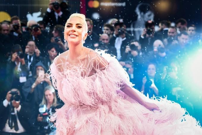 Lady Gaga 'quét' thảm đỏ Venice với đầm lông ngoại cỡ