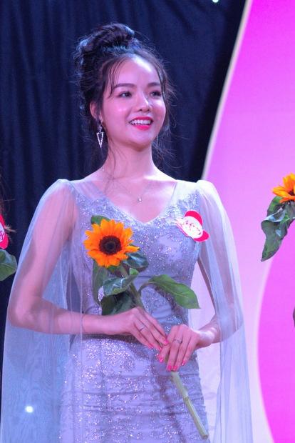 Vẻ rạng rỡ của Thủy Tiên trong trang phục dạ hội tại đêm chung kết cuộc thi.