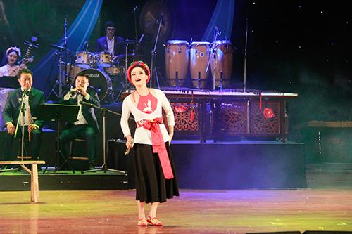 Phạm Phương Thảo biểu diễn trên sân khấu.