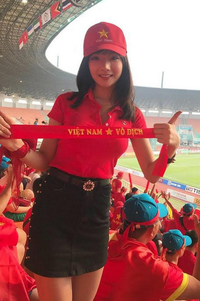 Sau trậnbán kếthôm 29/8, phóng viên đài Hàn Quốc SBS đã phỏng vấn một số người Việt Nam, trong đó có nữ cổ động viên Phan Thị Thủy Tiên. Với những câu trả lời trôi chảy và tình yêu dành cho thể thao nước nhà, cô bỗng chốc được nhiều khán giảHàn Quốc săn lùng trên mạng xã hội.