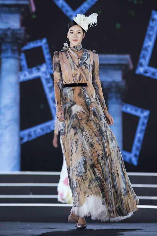 Thí sinh hoa hậu liên tục vấp khi catwalk với váy cồng kềnh