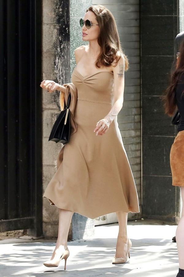 Người mẫu nội y đẹp nhất tuần với váy trong suốt
