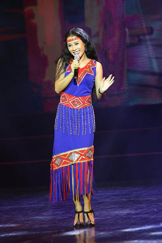 Vợ Việt Hoàn mặc áo họa tiết thổ cẩm ở đêm nhạc