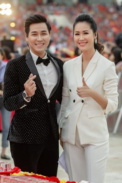 Hoa hậu Dương Thùy Linh mặc vest