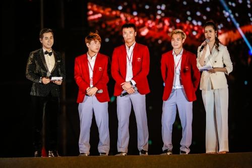 Ba chàng trai thể hiện nét lịch lãm, phong độ khi diện vest đỏ trên sân khấu.