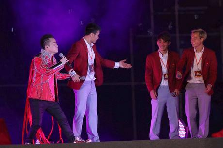 Văn Toàn (bìa phải) và Minh Vương còn e ngại, trong khiBùi Tiến Dũng và Tùng Dương ra sức kêu gọi họ bước ra sân khấu.