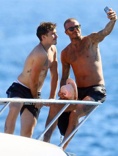Elton John và bạn trai, David Furnish, đang cùng hai con trai nghỉ trên du thuyền sang chảnh ở bờ biển miền Nam nước Pháp. Ngày 2/9, gia đình Victoria Beckham cùng lên thuyền đi chơi ngoài biển.