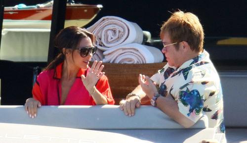 Nhà thiết kế ngồi nói chuyện với Elton John khi chồng con đi bơi.