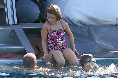 Harper được bố trông chừng khi bơi ở biển.