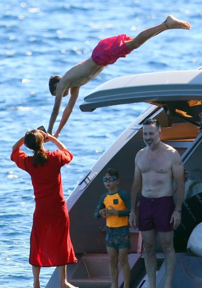 Victoria chụp ảnh Romeo Beckham nhảy nước. Romeo bước sang tuổi 16 từ hôm 1/9.
