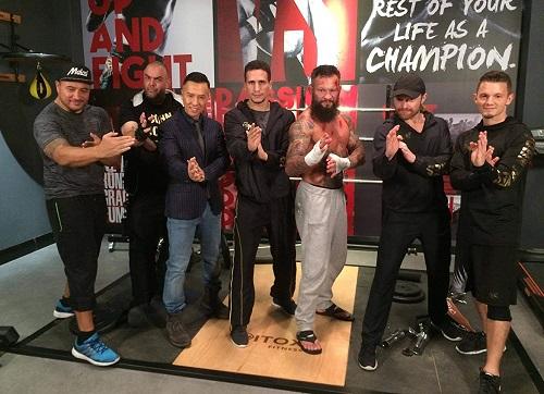 Chân Tử Đan và các diễn viên Âu Mỹxuất thân võ sĩcó cảnh chiến đấu thú vị ở giữa phim.
