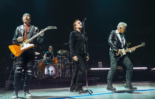 Nhóm nhạc U2 trên sân khấu Berlin. Ảnh: Danny North.