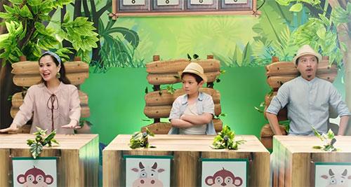 Lâm Vỹ Dạ (ngoài cùng bên trái) và Hứa Minh Đạt (ngoài cùng bên phải) vào vai những vị giám khảo vui tính, yêu trẻ nhỏ trong MV,