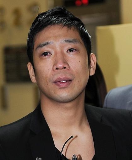 MC Mong gây sốc khi sẵn sàng nhổ 12 răng hàm để trốn nghĩa vụ quốc gia.