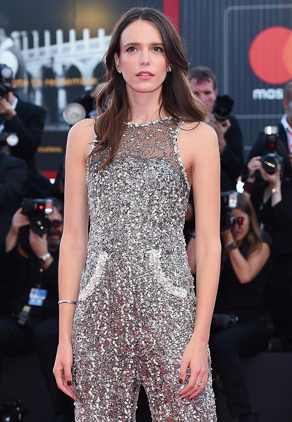 Natalie Portman tỏa sáng trên thảm đỏ Venice với đầm sequin
