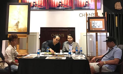 Đại diện các bên tại buổi họp báo gồm: Nguyễn Văn Đông (trái), Phạm Việt Phương (phải), hai đại diện của nhà đấu giá Chọn (giữa).