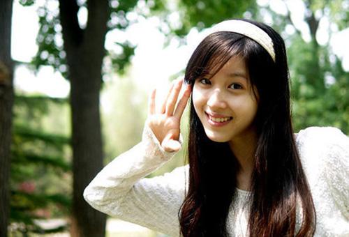 Chương Trạch Thiên sinh năm 1993 ở Nam Kinh, Trung Quốc. Năm 12 tuổi, cô gái học trung học ở một trường chuyên ngoại ngữ ở Nam Kinh.
