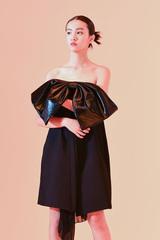 Người mẫu 15 tuổi Nhật Bản tạo dáng với đầm hở vai