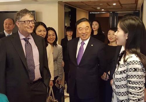 Chương Trạch Thiên đại diện cho DJ tại nhiều sự kiện lớn. Cô từng gặp gỡ tỷ phú Bill Gates, giới thiệu với ông các hạng mục từ thiện của công ty.