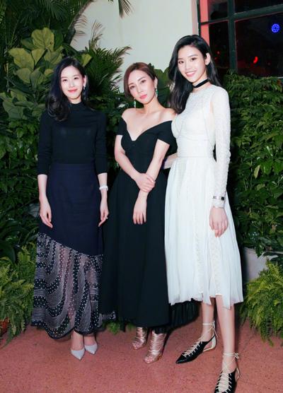 Chương Trạch Thiên (trái) và siêu mẫu Hề Mộng Dao (phải) tại một lễ trao giải thời trang.