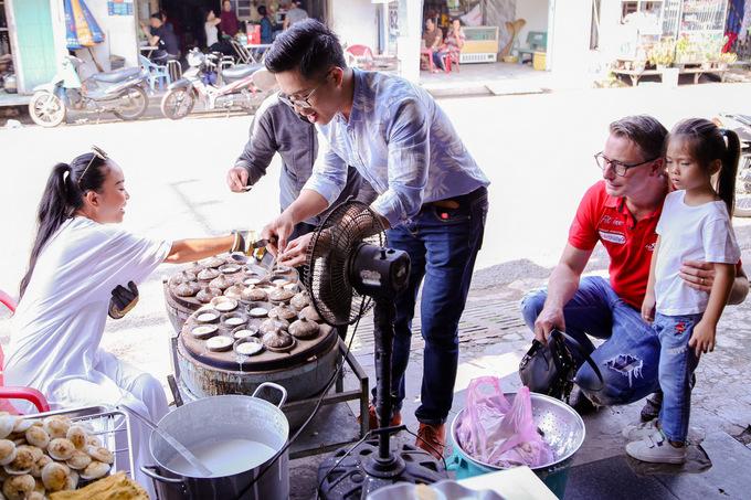 Đoan Trang đưa chồng Tây về quê ăn bánh căn, hái chôm chôm