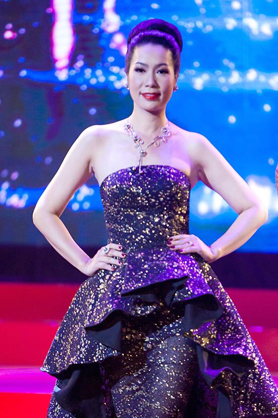 Nhật Kim Anh đeo nhẫn kim cương hai tỷ trên thảm đỏ